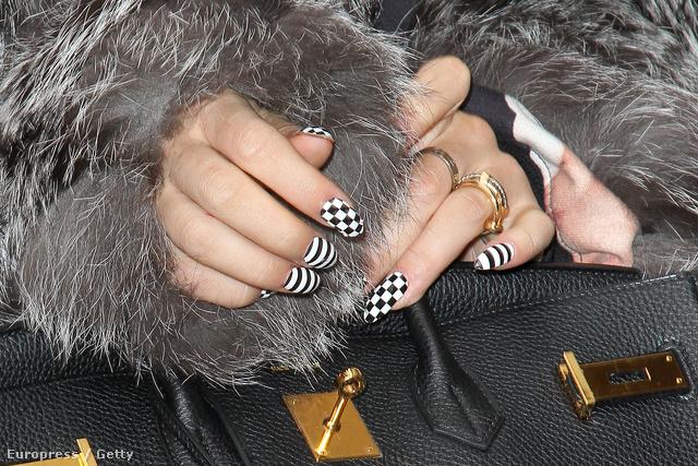 Rita Ora szereti a feltűnést, és ezt körmeinél sem palástolja.
