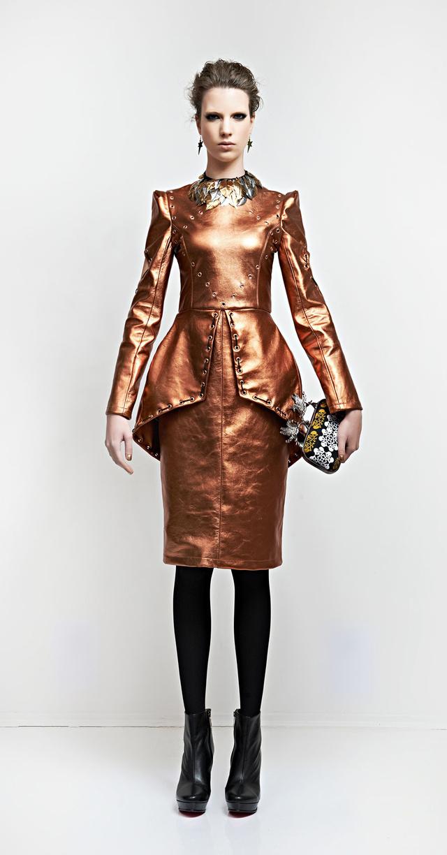 Egyik kedvencünk a bronz színű bőrruha peplummal.