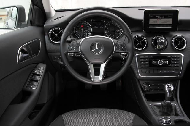 Aki terpesztve szeret vezetni, annak sem nyomja a lábát a középkonzol, mint egy hátsókerekes autóban