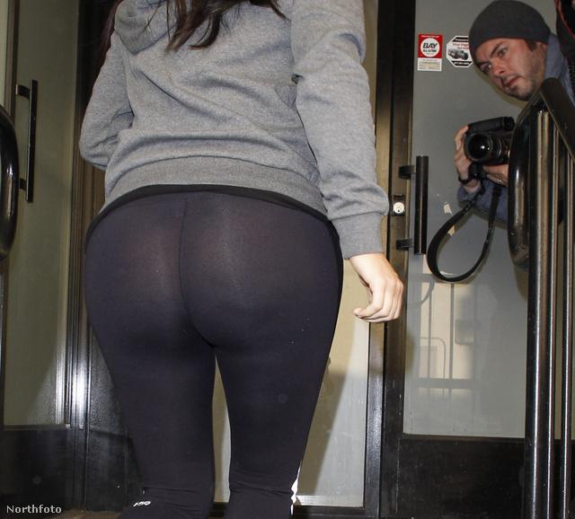 Aztán ha aláfényképeznek a celebnek, kilátszik a feneke. Ez épp Kim Kardashian.