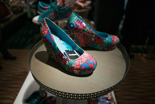 Platform cipő színes mintákkal 32.990 forint. Ugyanilyen mintával díszítette balerina cipő 16.490 forint.