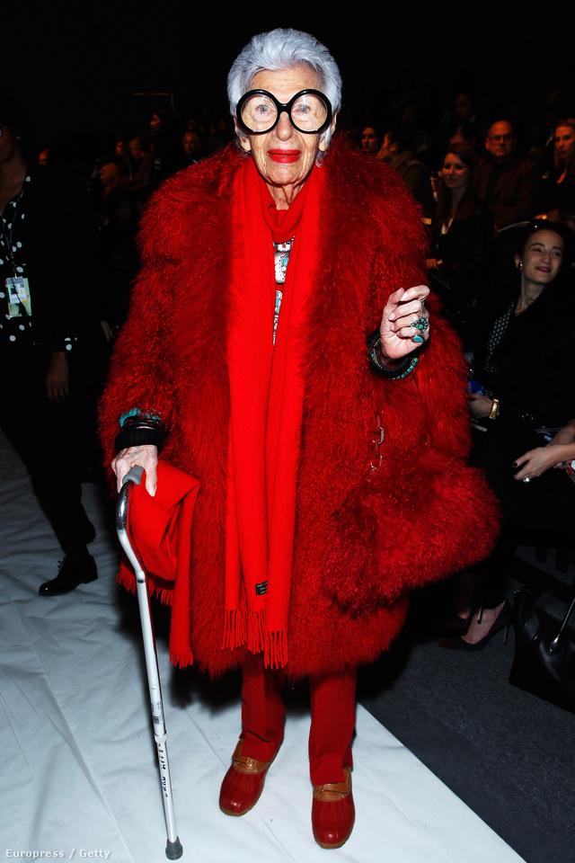 Iris Apfel tetőtől-talpig pirosban érkezett  Joanna Mastroiann bemutatójára