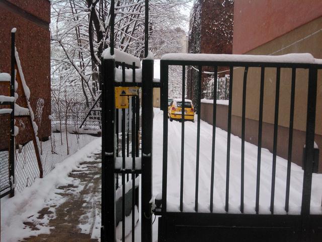 Valahol ott, a havas kert végében találjuk az adóosztályt. Egy takaros, kis házban