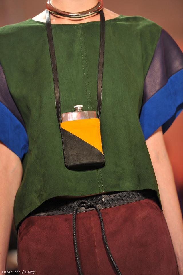 Nyakba akasztható laposüveg a Hermés 2012-es tavaszi-nyári bemutatóján