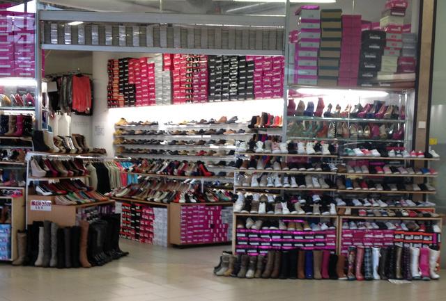 Asia Center: hatalmas tér, rengeteg bolt, hatalmas választék. Nincs olyan cipő, amiből ne találnának nekünk méretet.