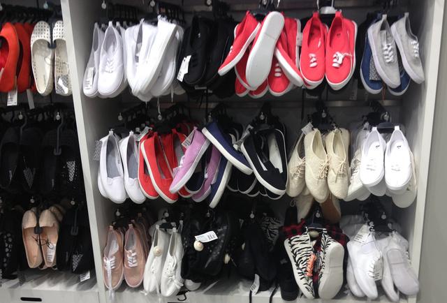H&M: a vászoncipők 2990-3990 forintba kerülnek