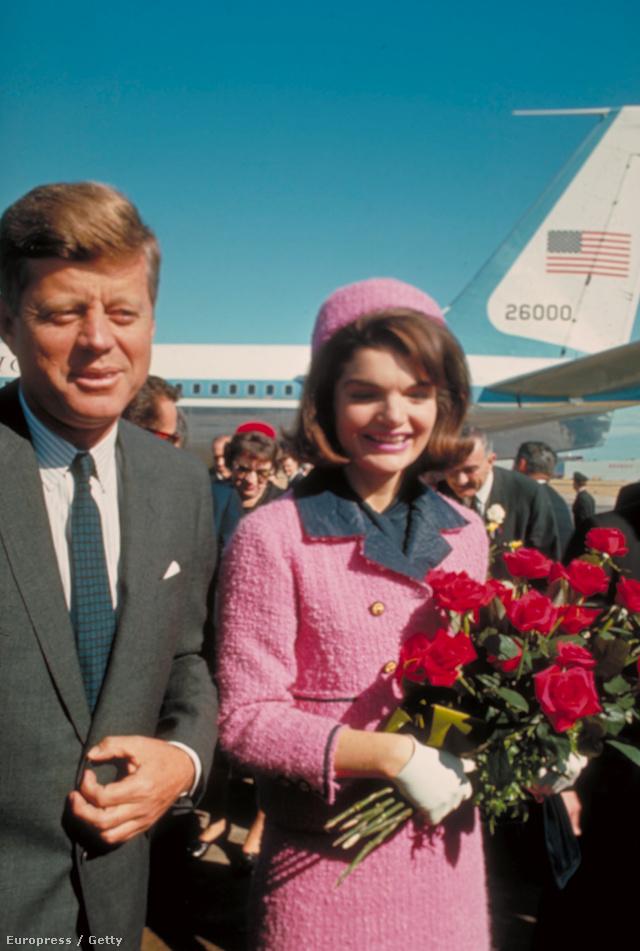 Ekkor készült a legtöbb fotó a pink kosztümben, az egykori first lady még nem is sejtette, hogy itt viseli utoljára.