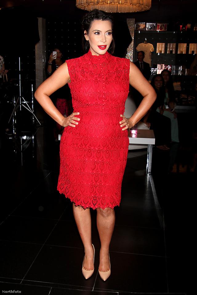 Szombat este Vegasban piros ruhában jelent meg Kardashian.