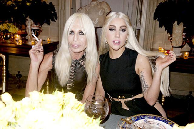 Donatella Versace és Lady Gaga a divatház biztosítótűs ruhájában 2012 októberében.