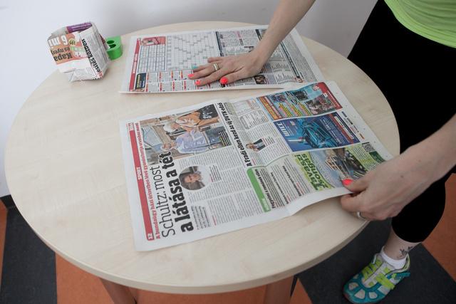 Fogjunk egy darab újságot vagy téglalap alakú papírt