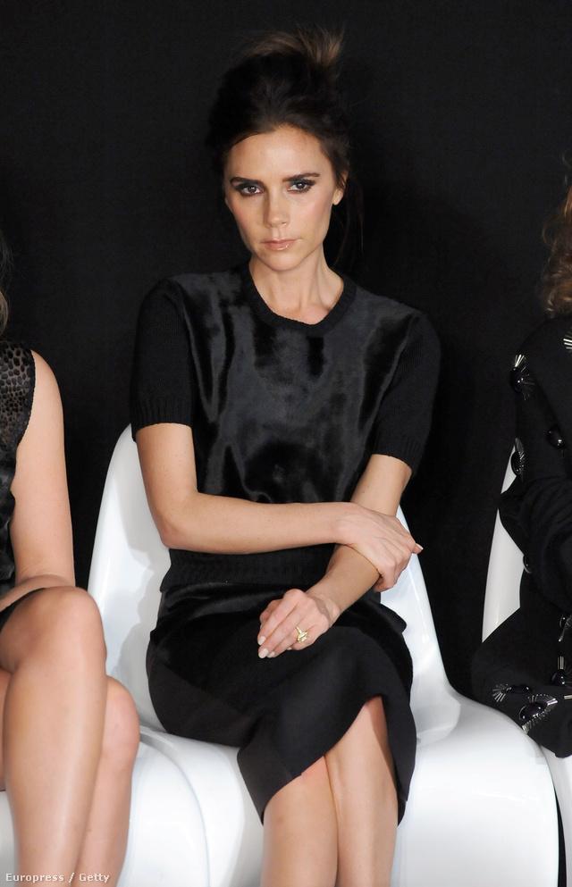 A duzzogó arcvonású Victoria Beckham is nehezen fogadtatja el magát e divat zárt világában.