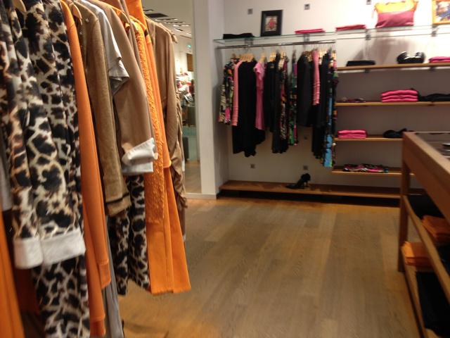Jones: elegáns a berendezés is az üzletben, a ruhák pedig minőségiek és nagyon színesek.
