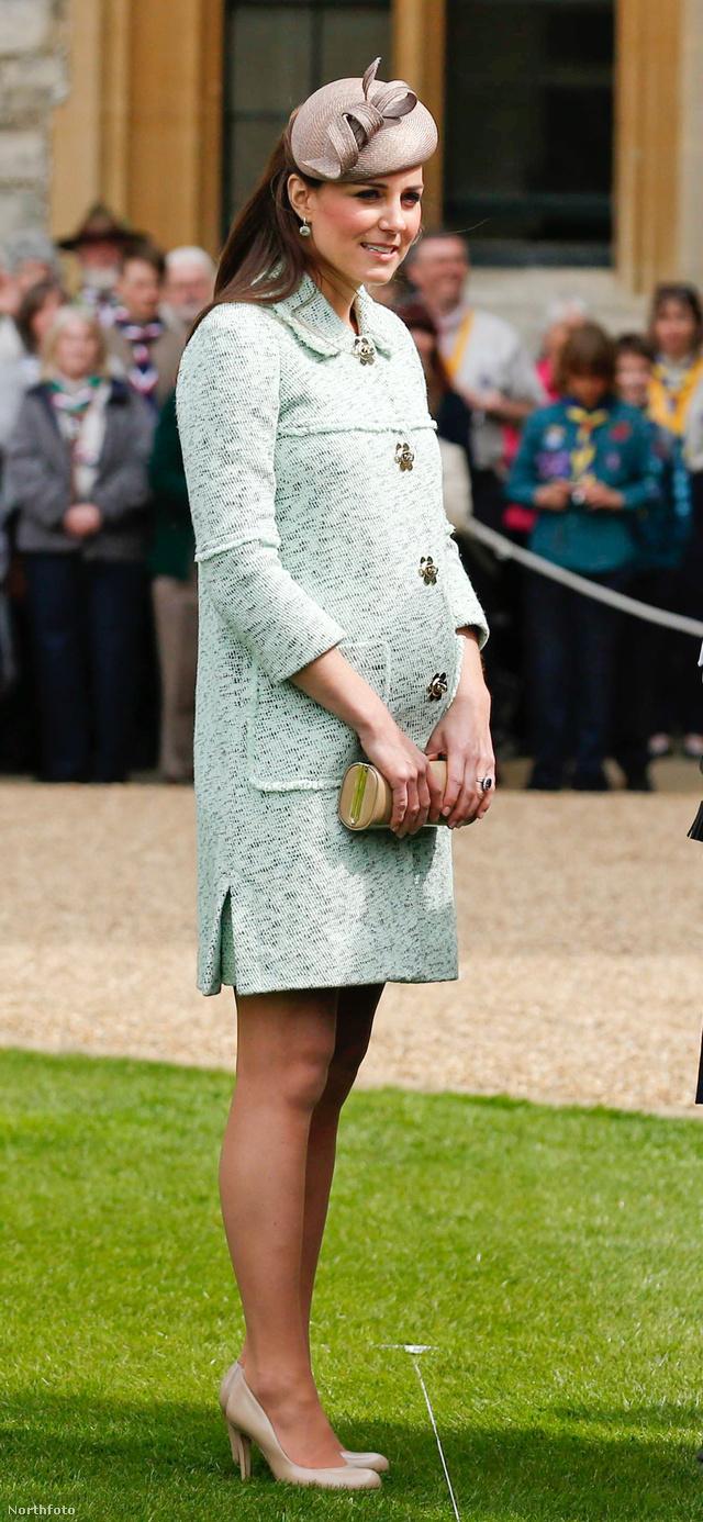 Mit is mondhatnánk, Katalin hercegné stílusán ne fogott ki a terhesség sem. Pedig április 22-én, amikor a fotó készült, már legalább hat hónapos lehet.
