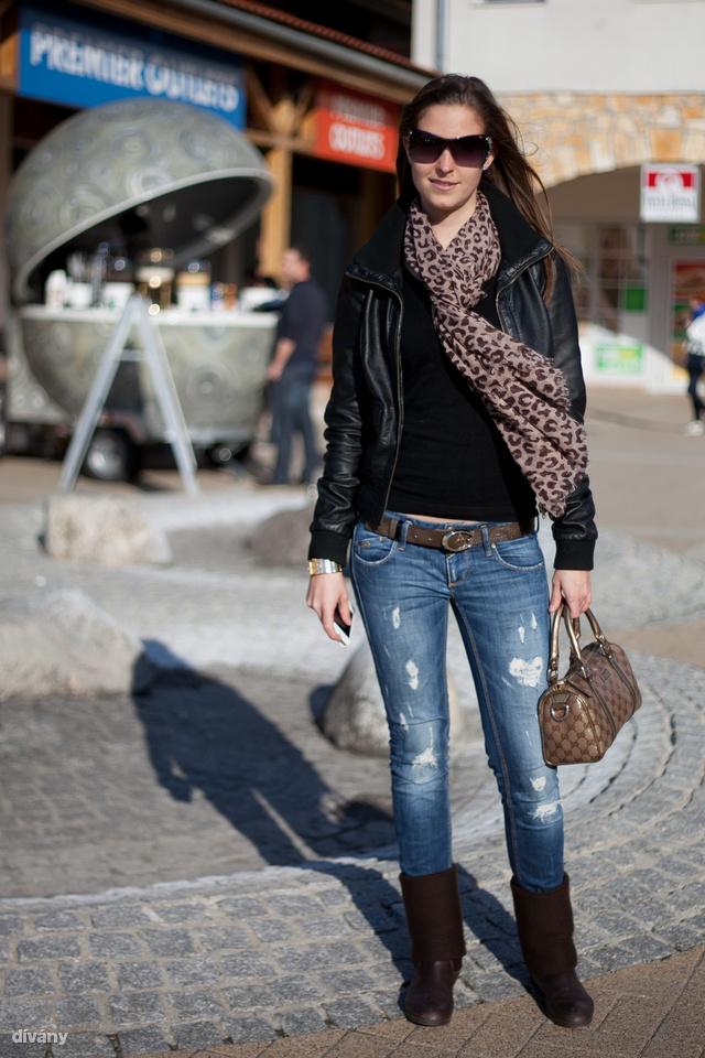 Andrea Chopard napszemüvegben és Gucci táskával vásárol