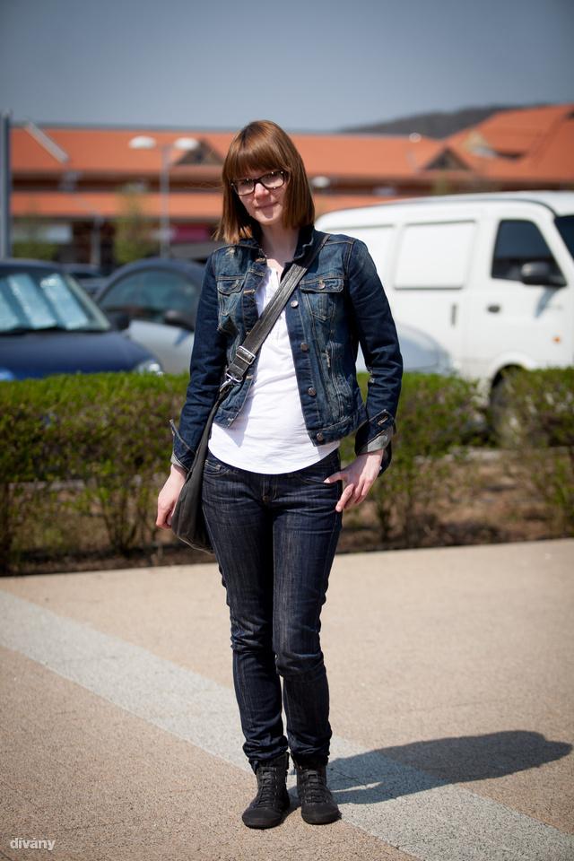 Szilvia Zara kabátban, Mango nadrágban