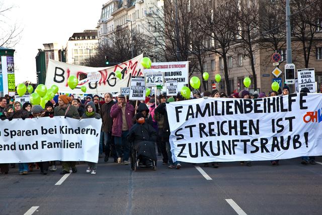 2010-ben a családi juttatások szűkítése ellen tüntettek