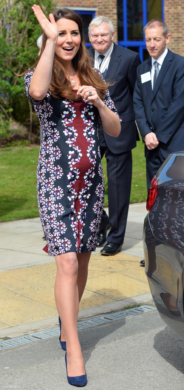 Hippisebb Erdem ruhában egy manchesteri iskolalátogatáson.