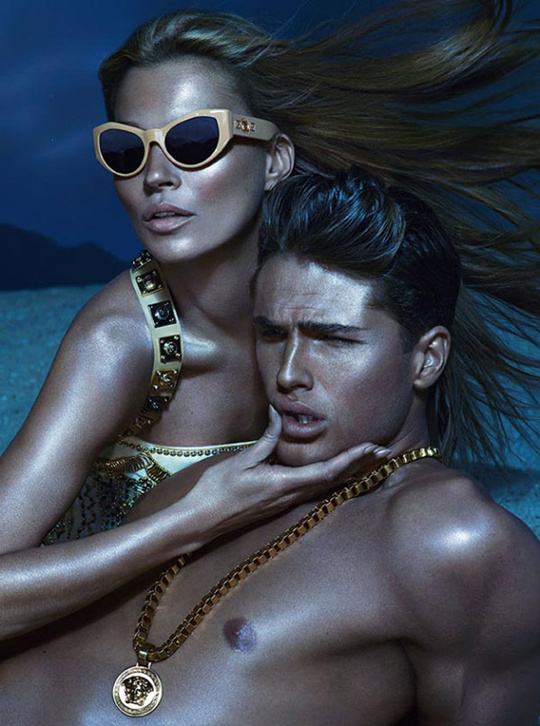 Bronzbarna modellek és Kate Moss a Versace szemüveg kampányában