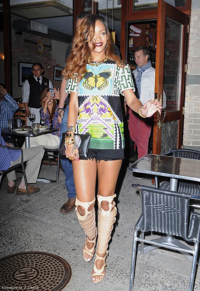 Rihanna április 30-án New Yorkban flangált fenti szettben: a durva csizma-szandállal már Anne Hathaway is melléfogott.