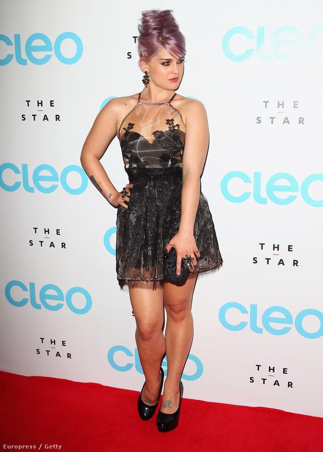 Kelly Osbourne egy Fashion Police című műsorban szokta osztani az észt, április 30-án mégis műanyag terítőben jelent meg a CLEO magazin bemutatóján Sydney-ben.