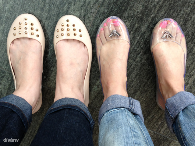 A tesztcipők. Nehéz jó méretet választani a műanyag cipőkből, az egyik pár nagy volt, a másik kicsi, de mindkét alany túlélte a napot.