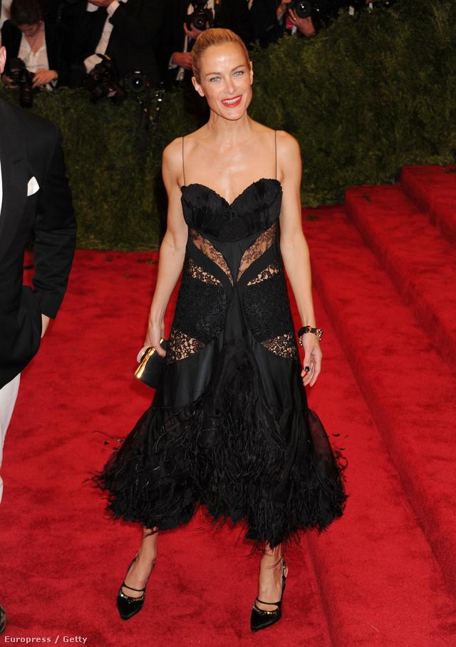 Carolyn Murphy Nina Riccitől választott egy 2,45 millió forintot érő ruhacsodát.