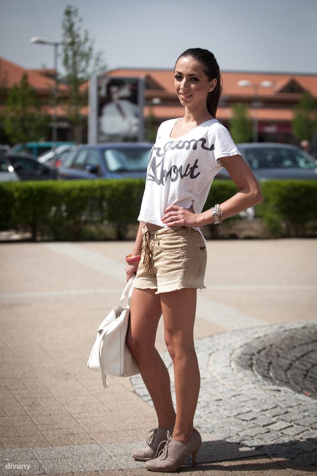 Judit pólója Bershka, a táskát anyukájától kapta.