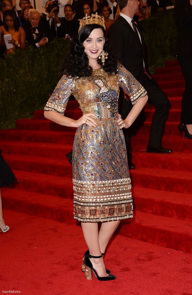 Katy Perry nem aprózta el - egy koronát is felvett a szetthez.