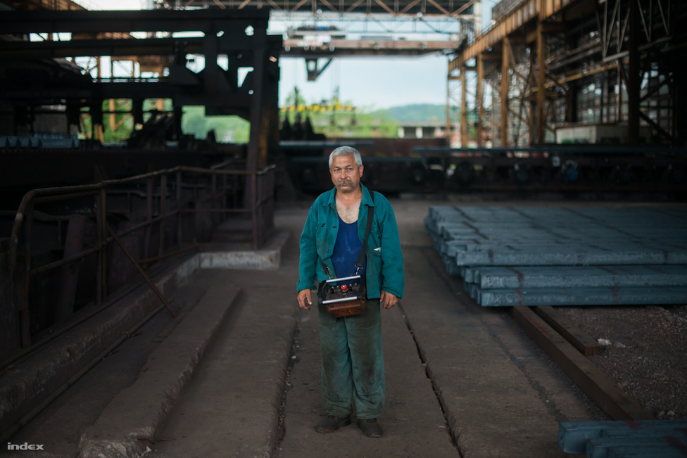 Anyagra vár Váradi Zoltán darukormányos. Az ötvenöt éves férfi kakukktojásnak számított a családban, amikor a kohászatot választotta: testvérei ugyanis bányászok voltak.
