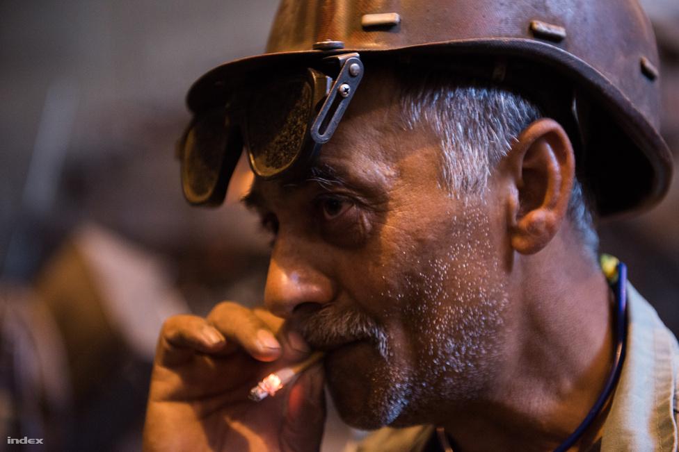 Rengeteget cigarettáznak a kohászok, de nem csoda: akkora a füst és a por a kohó mellett, hogy a dohányzás szinte könnyebbség a tüdőnek.