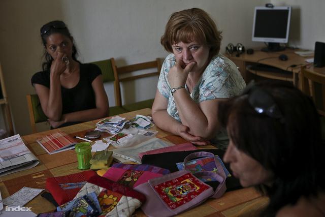 Móni és Ani, a Szuno koordinátorai megvitatják a teendőket L.Ritók Nórával.