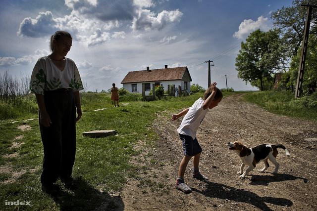 L. Ritók Nóra napi kapcsolatban van minden gyerekes toldi családdal, köztük ezzel a falu legszélén lakó, 4 gyerekes asszonnyal is.