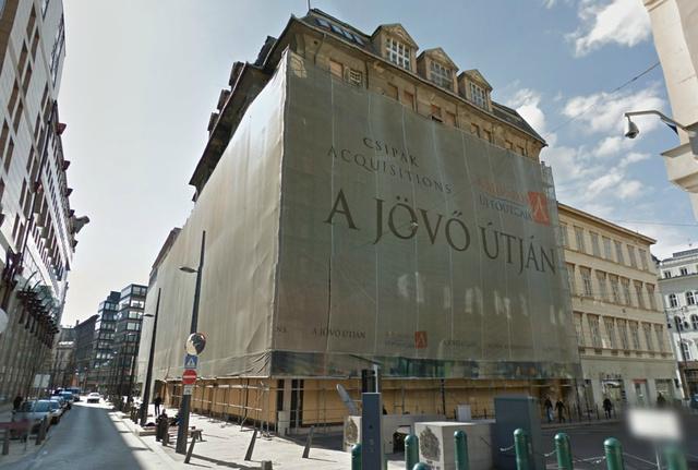 A védőhálóval borított épület a Google utcatérképén