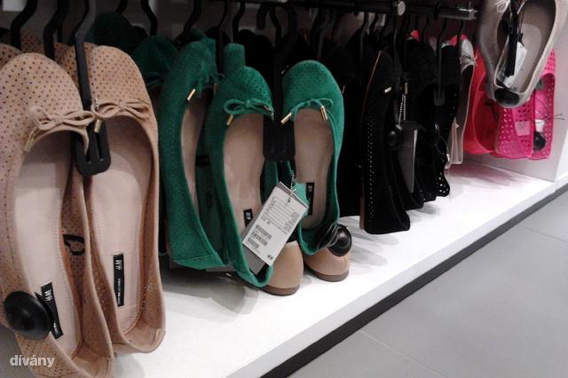 Ezek a H&M balerinák bőrből vannak, kb. 9000 forint az áruk.