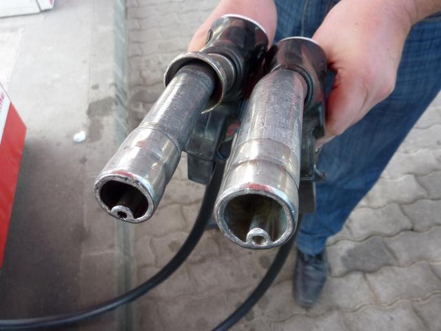 Bal oldalon a benzin, jobb oldalon a gázolaj töltőcsöve. Jól látható, hogy az utóbbi vastagabb. Sajnos ez nem védi a dízel autókat a félretankolástól