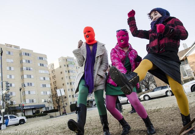 A 2011-ben alakult orosz feminisra punk-rock banda, a Pussy Riot ( Punci lázadás ) a szüffrazsettekhez hasonlóan polgárpukkasztó és feminista módon hívja fel magára a figyelmet .