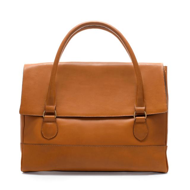 Ez bőrből készült, az ára is kicsit borsosabb: 37 995 Ft. Szintén Zara.