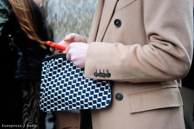 A minták most reneszánszukat élik, a táskák sem kivételek! Nagyon jól mutatnak egy egyszínű szövetkabáttal is.