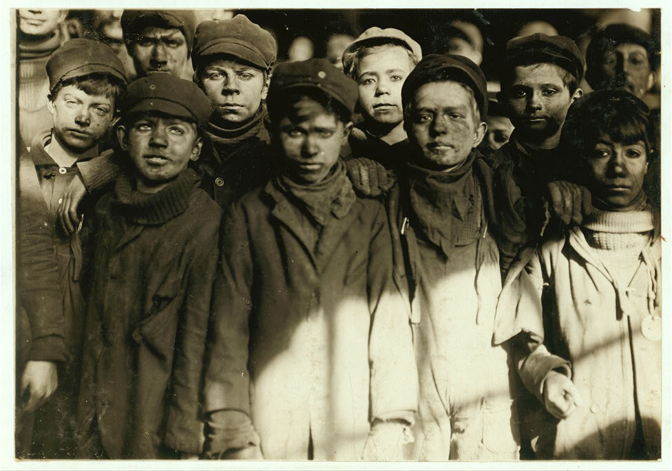 Az 1900-as amerikai népszámlálása szerint minden hatodik, azaz körülbelül 1,7 millió gyerek dolgozott fizetésért földeken, gyárakban vagy bányákban az Egyesült Államokban. A népszámlásás eredményének igazi meglepetése nem is az óriási szám volt, hanem, hogy ez az 1880-as évekhez képest 50 százalékos emelkedést jelentett a gyerekmunkások számában. Ez a tény felháborodást szült az amerikai értelmiségi körökben, és 1904-ben egy lelkész, Edgar Gardner Murphy megalapította a gyermekmunka betiltásáért vagy legalább az emberségesebb szabályozásáért harcoló Nemzeti Gyermekmunka Biztosságot (NCLC, amely még ma is létezik. A bizottság tagjai fáradhatatlanul lobbiztak és kampányoltak a cél eléréséért, és tevékenységük nagyban hozzájárult a gyermekmunka visszaszorításához azzal, hogy felhívta a figyelmet a kegyetlen munkakörülményekre, a megalázó bérekre és ezzel közfelháborodást okozott.