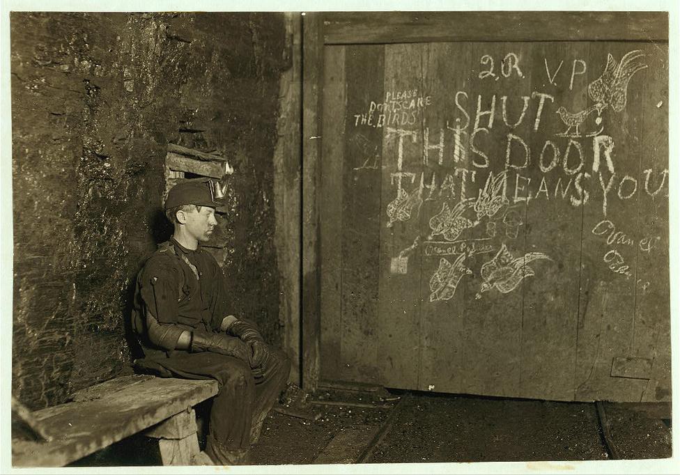 A 15 éves Vance éveken át dolgozott egy nyugat-virginiai szénbányában. Egy 10 órás műszakért 75 cent fizetséget kapott. A feladata annyi volt, hogy kinyisson és becsukjon egy ajtót. Az idő nagy részében csak tétlenül ült a bánya sötétjében és várta, hogy megérkezzenek a csillék.
