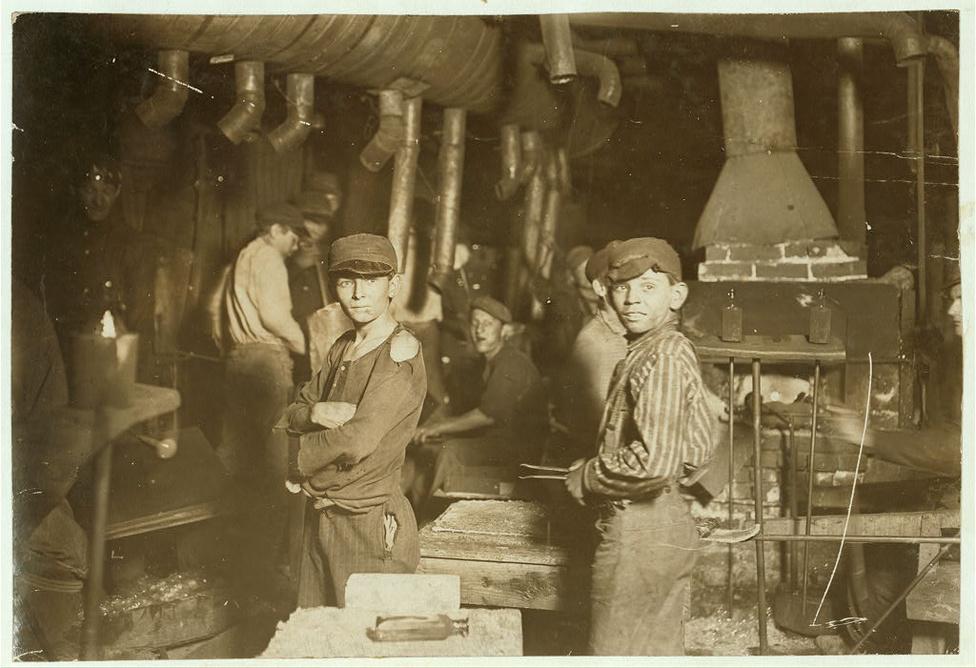 Üveggyári dolgozók éjfékor, 1913-ban.  Hiába voltak Hina-nak rendkívül hatásosak a képei, a gyerekmunkát a gazdasági helyzet miatt  nem volt könnyű  megszüntetni. Az első világháború előtt az amerikai gazdaság virágzott, ezért folyamatosan szükség volt munkáskezekre, és ezt a munkaerőigényt az országba özönlő bevándorlók sem tudták kielégíteni.  Már csak azért sem, mert sok olyan munka volt, amihez a gyerekek kis kezeire és fáradhatatlan energiájára volt szükség, és persze nekik még annál is kevesebbett kellett fizetni, mint amennyiért a bevándorlók hajlandóak voltak dolgozni.