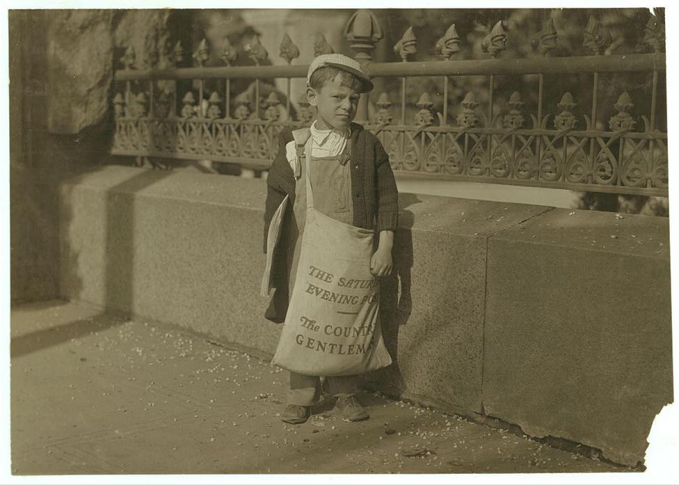 """Az egyik legnépszerűb gyerekmunka a huszadik század eleji Amerikában a rikkancs volt. A képen egy Freddie Kafer nevű rikkancs szerepel, aki nem tudta megmondani Hine-nak, hogy hány éves, és tulajdonképpen semmi mást sem tudott saját magáról, de a társai szerint 5 vagy 6 éves lehetett. Hine ezt írta a képről: """"Nem sokkal messzebb egy másik rikanccsal, a nyolc éves Jack-el találkoztam, aki egy hatalmas zsákot cipelt tele a Saturday Evening Post példányaival. A zsák körülbelül a saját testsúlya felét nyomhatta. Jack több utcán keresztül hurcolta a súlyos zsákot""""."""