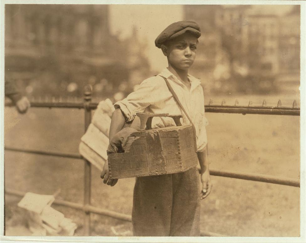 A gyermekmunkát végül a harmincas évek nagy gazdasági válsága szorította vissza Amerikában. Abban az időszakban a felnőttek bármit megtettek volna, hogy legyen munkájuk, hajlandóak voltak például olyan alacsony órabérekért dolgozni mint a gyerekek. Az első gyermekmunkát szabályozó, és a gyermekmunka több formáját tiltó, illetve a ledolgozható órák számát és minimum életkort szabályozó törvényt 1938-ban írta alá Woodrow Wilson elnök. Ezt a törvény több, az iskolakötelezettség felső határát egyre feljebb emelő törvény egészítette ki.
