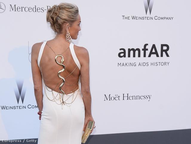 Sharon Stone hátával kezdünk: végre egy ötletes és cseppet sem közönséges Roberto Cavalli ruha.