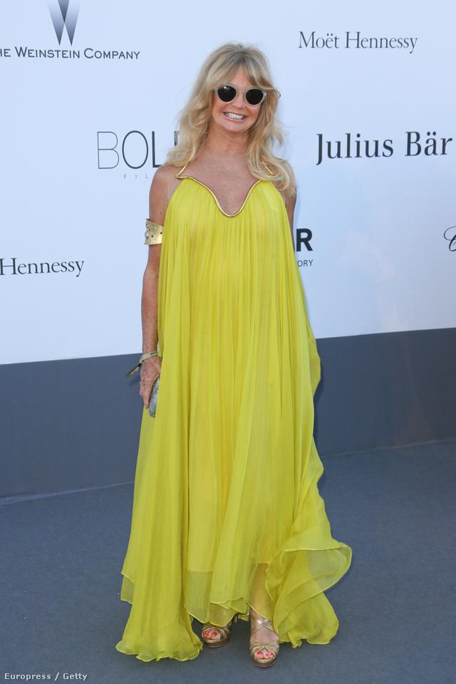 Goldie Hawn napszemüvegben örül annak, hogy Cannes-on kívül is vörös szőnyegre léphet. Azért a strandkendő helyett felvehetett volna valami szebbet.