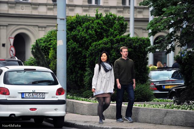 Mark Zuckerberg feleségével a belvárosban