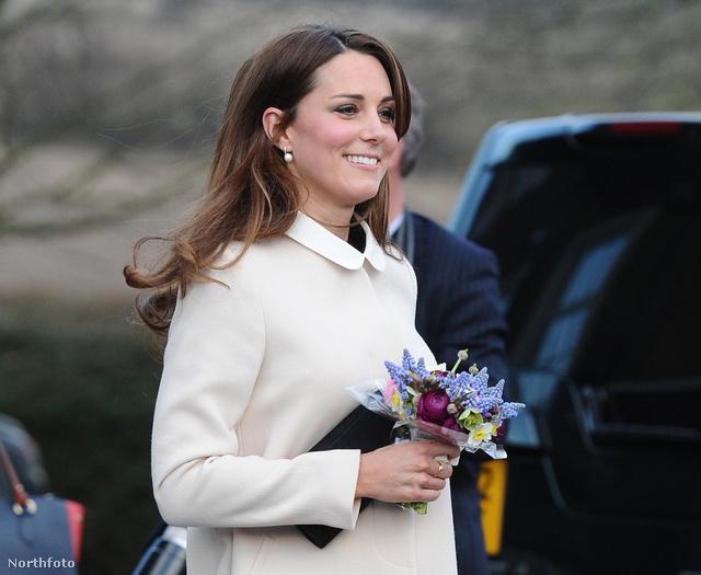 Az állapotos hercegné táskájában valószínűleg csak egy telefon és egy egy zsebkendő van.