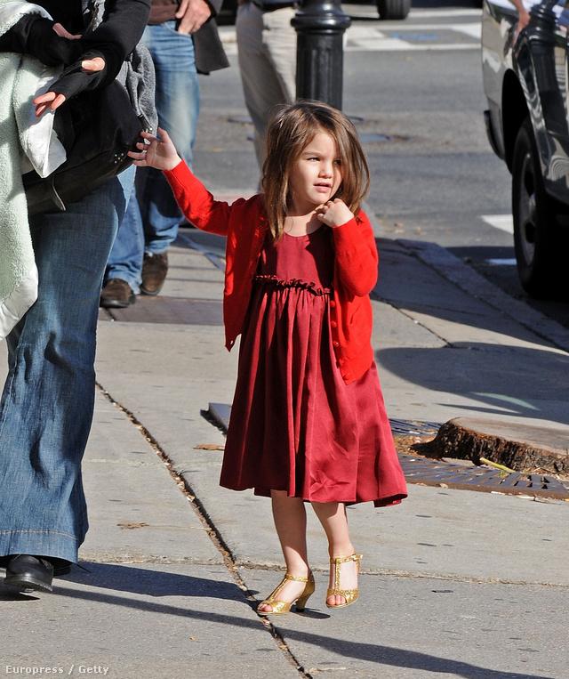 Minden kislány legalább egyszer belebújik anyja cipőibe, de ez már talán egy kicsit túlzás. Katie Holmes kapott is hideget, meleget amiatt, hogy ilyen lábbelit adott lányára.
