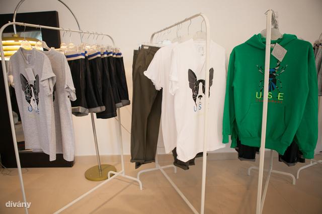 Pillanatkép a férfi részlegről: a fehér póló 6500 Ft-ba kerül, a pulóverért ennél többet kérnek, 16500 Ft az ára. A kutyafejes felső 7500 Ft.