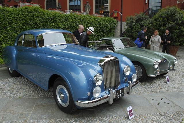 Giovanni Agnelli Bentley R-Type Continentalja, 1952-ből. Úgy tartják, ez volt az utolsó Bentley, amely még valóban különbözött a kortárs Rollsoktól. A 120 mérföldes végsebességre képes luxusautóból 207 készült, többségük alumíniumkarosszériával, a H. J. Mullinernél